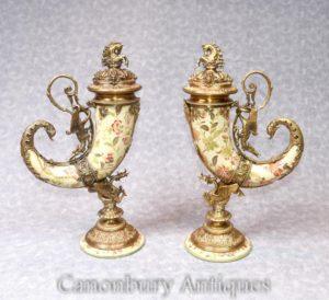 Paar Französisches Porzellan Füllhorn Vasen Urnen Ormolu Horn von viel