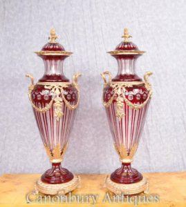 Paar Französisches Reich geschnittenes Glas Amphora Urnen Lidded Vasen