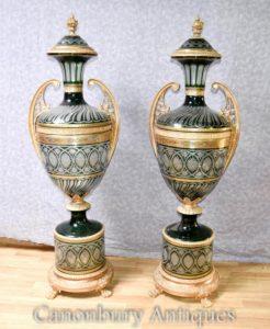 Paar XL Französisches Reich geschnittenes Glas Urnen Architektonische Vasen