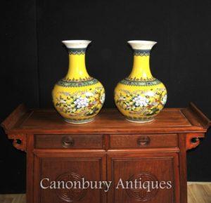 Paar chinesische Famille Jaune Porzellanvasen Urnen Shangping Formular