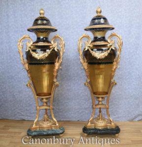 Paar französische Louis XVI geschnittene Glasvasen Amphora Urnen Ormolu