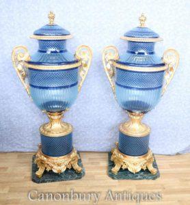 Paar große Louis XV Blue Cut Glas Vasen Urnen auf Ständen