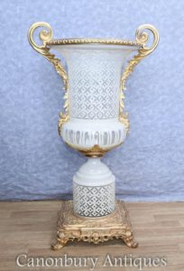Single French Cut Glas Reich Campana Urn Vase