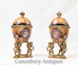 Paar französische Kaiserreich Porzellan Urnen Vasen mit Deckel Lions