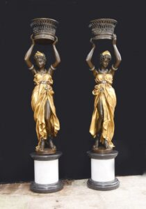 Paar italienische Bronze weibliche Torchiere Statuen XL Pflanzgefäße